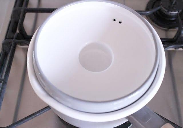 鍋蓋を逆さにして蓋をする