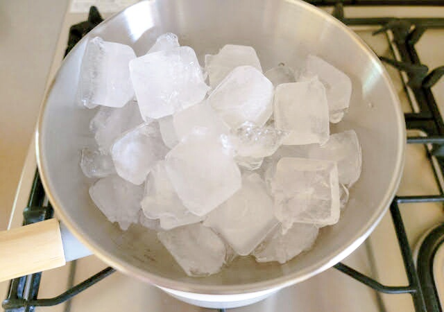 氷で冷やしながら